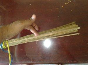 केरसुणीच्या मधे पॅकिंग करता वापरलेल्या बांबुच्या काड्या..