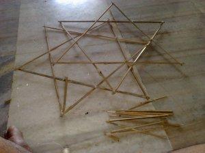 चला, शेवटी जमलं एकदाचं.. चांगलं चार तास घालवल्यावर..दोन त्रिकोण करुन एकावर एक जोडले स्टार बनवायला.