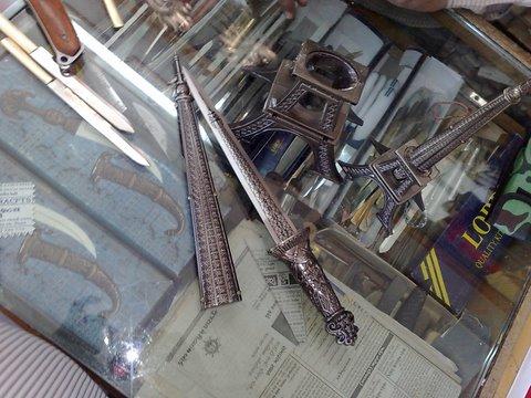 दुकानातिल तलवारी वगैरे..
